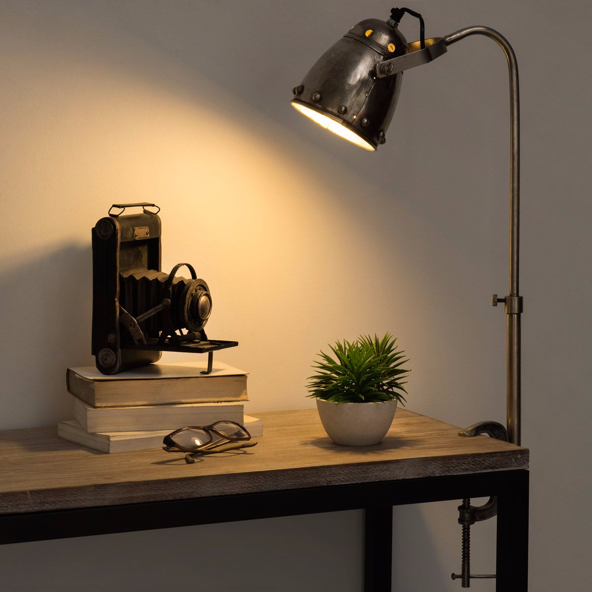 lampe de bureau en m tal visser maisons du monde pickture. Black Bedroom Furniture Sets. Home Design Ideas